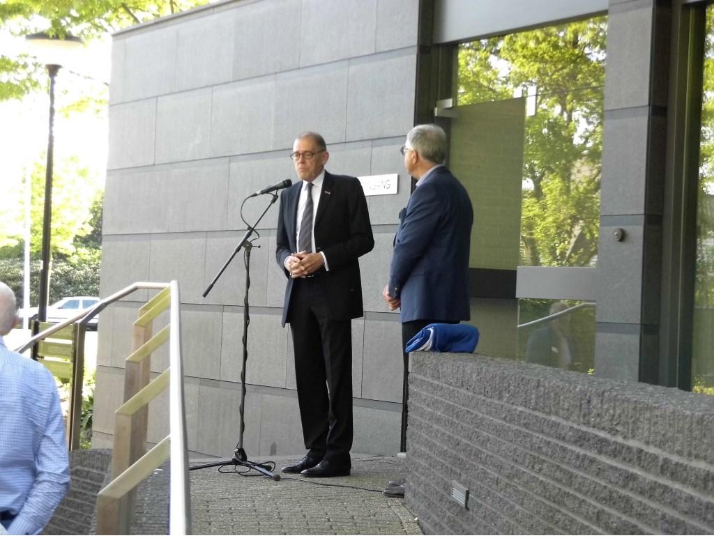 Burgemeester Zoon droeg onder meer een gedicht voor.  © Persgroep