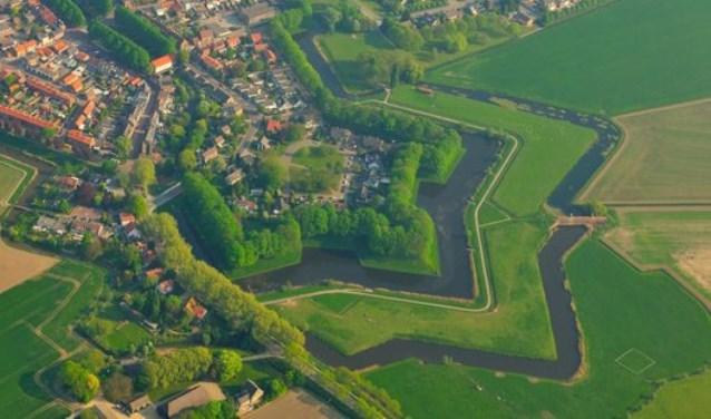 De Zuiderwaterlinie ligt in Noord-Brabant en loopt van Bergen op Zoom tot Grave. Met 165 kilometer lengte is het de oudste, langste en meest benutte waterlinie van Nederland.