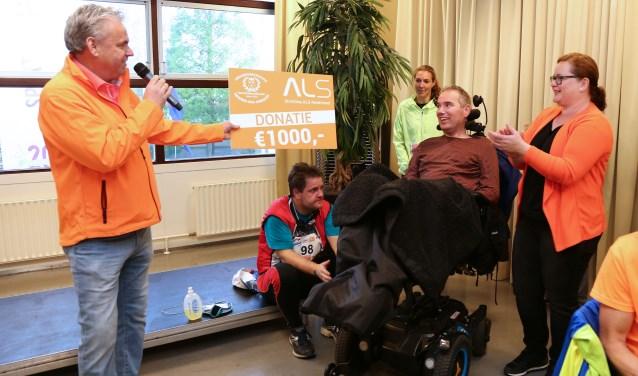 Boven alle verwachtingen was het voor Jan Kramer toch mogelijk om de cheque zelf in ontvangst te kunnen nemen. (FOTO:  Michael Dinger)