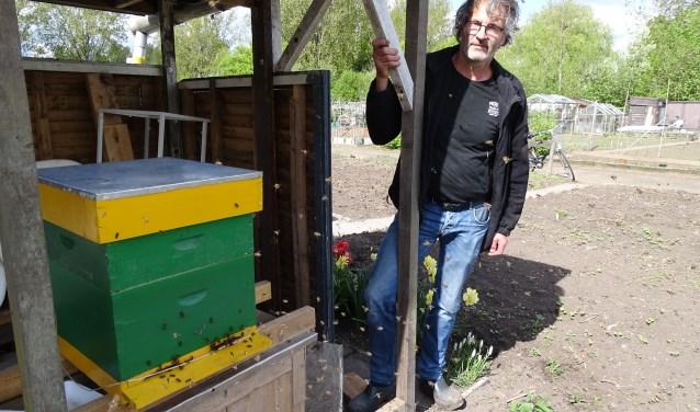 """Cor Boon met zijn eerste bijenkast. """"Er wordt te veel gemaaid en veel bloemen verdwijnen die voor de wilde bijen zo belangrijk zijn."""" (Foto: Margreet Nagtegaal)"""