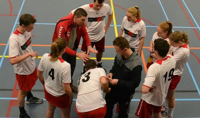 Steven de Graaf geeft zijn team instructies.