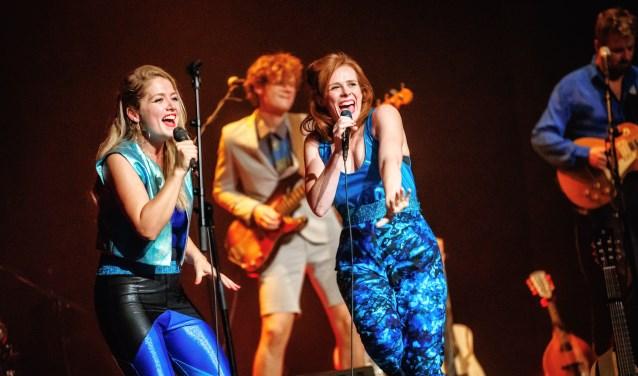 Yentl en De Boer staan op donderdag 23 augustus in theater De Weijer in Boxmeer. (foto: Bart Heemskerk)