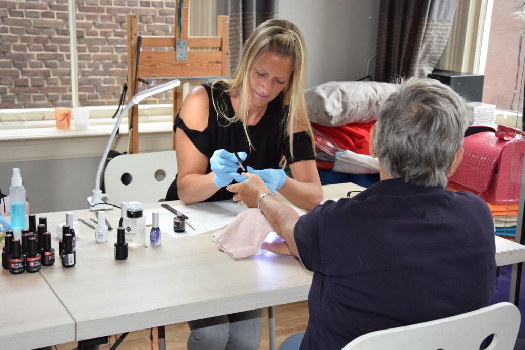 De nagels laten verzorgen is een van de vele activiteiten.
