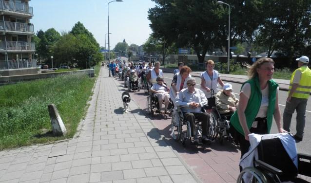 Het is pittig voor de rolstoelduwers op de helling van de Willem de Zwijgerlaan. Foto Kees van Rongen