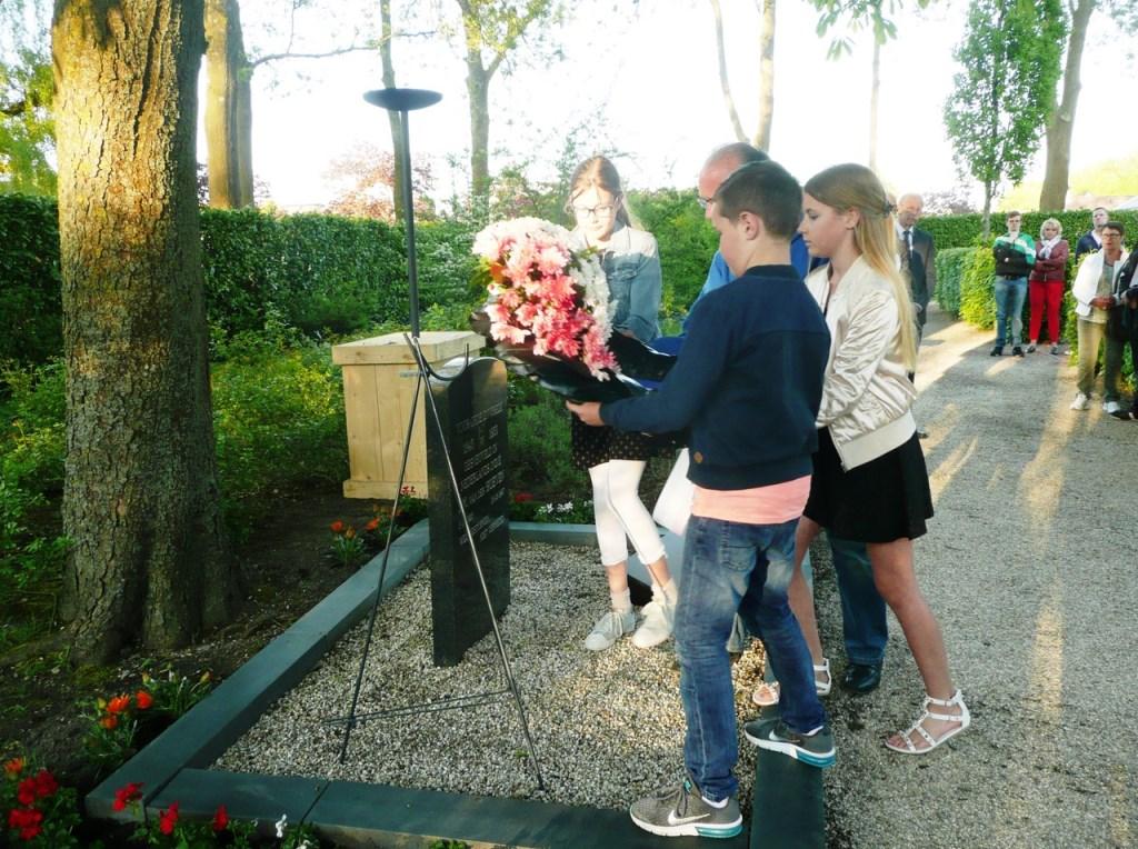 De kinderen die de gedichten hadden voorgelezen legden een krans namens de inwoners van Benthuizen.  © Persgroep