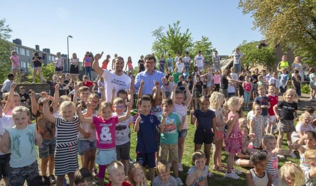 Acteur Juvat Westendorp gaf vorigge week het startsein voor de Daily Mile  op de Emmaschool.