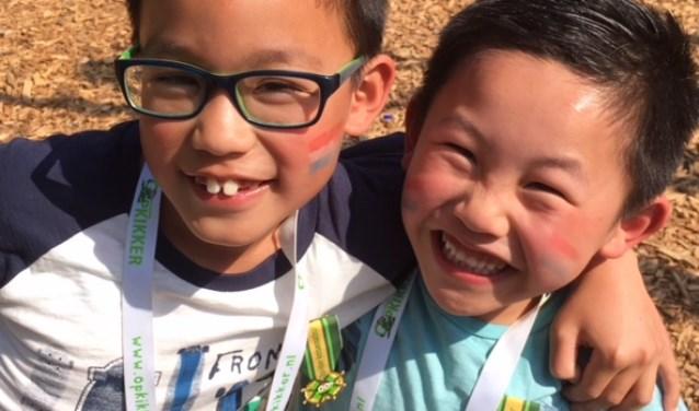 Yun en En-Ping kregen de exclusieve Opkikkermedaille opgespeld, omdat zij zich zo inzetten voor hun lotgenootjes.