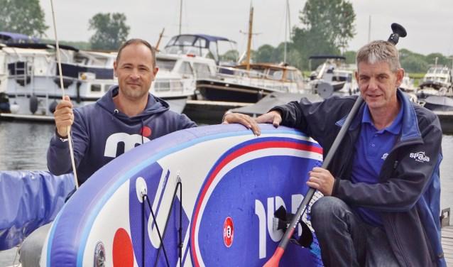 Rob Harmsen (links) en Jos van Gent willen met de Sup-school watersport weer hip maken.