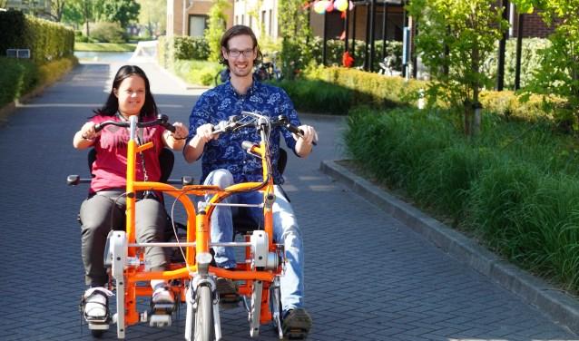 Samen met begeleider Micha van der Kamp geniet Jaïra zichtbaar van het ritje op de duo-fiets. Zij mocht het spits afbijten. Tekst en foto's Winny van Rij