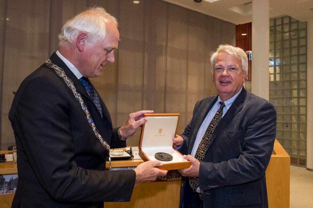 Marcel Houtkamp ontvangt de Aleidapenning uit handen van burgemeester Lamers.