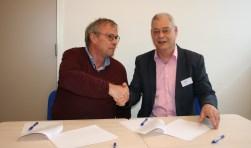 """Anton Barske, voorzitter van Stichting Steunouder en Kees Paap van de SWP zetten hun handtekening onder het contract. Kees Paap: """"Het is geen falen als ouders om deze ondersteuning vragen. We willen met dit project mensen met elkaar verbinden."""" Foto: A. Westphal-Kreeftmeijer"""