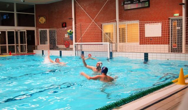 De waterpoloërs van Zwemclub Losser zijn als tweede geëindigd in de competitie in de tweede klasse. De ploeg van Fred Korfage promoveert wel naar de eerste klasse.