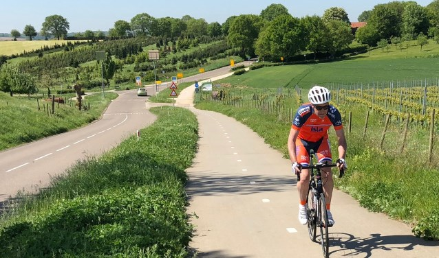 """Nog een paar weekenden kan René Klomp trainen - zoals hier in  Limburg - voordat hij zich waagt aan de Mont Ventoux. """"Het lijkt me machtig om daar met honderden mensen samen iets te doen tegen die vreselijke ziekte ALS."""" (eigen foto)"""