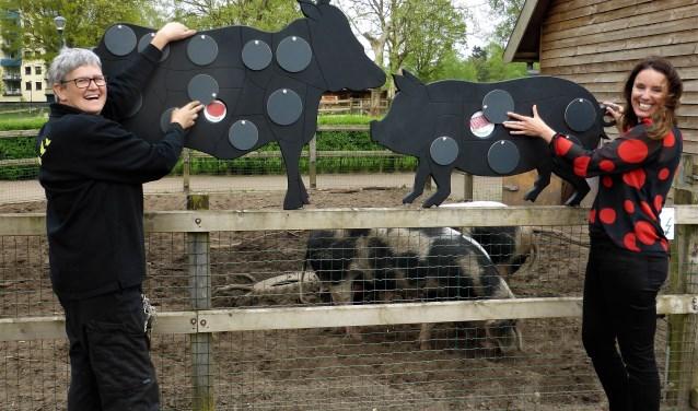 Talitha Visser (r) van NME Centrum / Kinderboerderij de Elzenhoek laat zien waar vlees vandaan komt, in het kader van het project We Are Food. Gerry van Rooij (l) is haar linker- en rechterhand. Foto: Henk Ruurda
