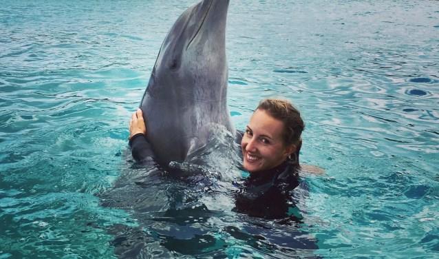 Krista Krijger is sinds kort een nieuw avontuur aangegaan als dolfijnentrainer bij Curaçao Dolphin Therapy en Research Center. FOTO'S: ARCHIEF KRISTA KRIJGER