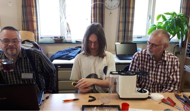 Koen Duin en Willem Rapati in de weer met een koffiezetapparaat. FOTO: Anita Flikweert
