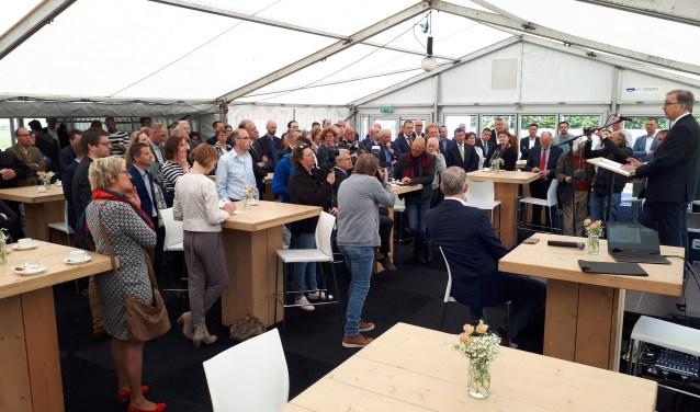 Jean Luc-Beguin, hoofdingenieur-directeur Rijkswaterstaat Grote Projecten en Onderhoud spreekt de gasten toe.   © Persgroep