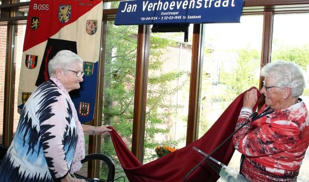 Tonny (l) en Mien Verhoeven onthullen het nieuwe straatnaambord, een eerbetoon aan hun in 1945 gesneuvelde broer Jan. Foto: Theo van Sambeek