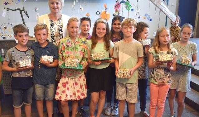 Kunstroute Burgemeester Agnes Schaap met de winnaars van het Kinderkunstproject.