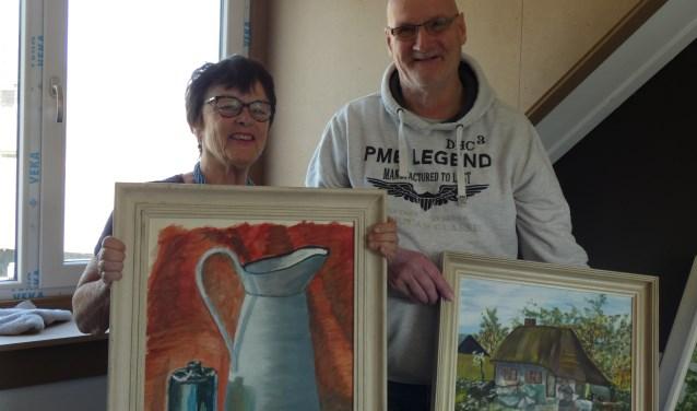 Hetty Ouwerkerk en Ron Groothuis met enkele andere werken van Hendrik Groothuis. (Foto: Adriënne Nijssen)