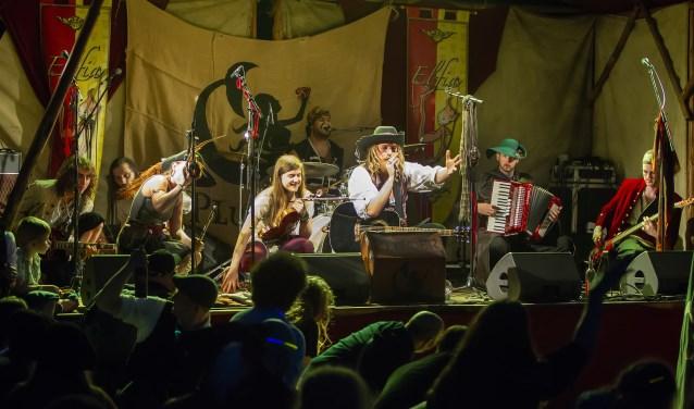 Plunder samen met leden van Pyrolysis op het podium tijdens Elfia, Haarzuilens.