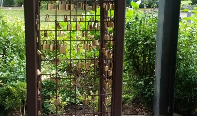 De Kaars voor Hoop, waaraan de verkochte slotjes komen te hangen. De opbrengst is voor kankeronderzoek.