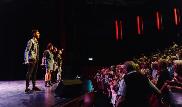 De artiesten die optraden die avond en daarmee een tipje van hun nieuwe theaterprogramma's oplichtten, kregen een staande ovatie. (Foto: De Lampegiet)