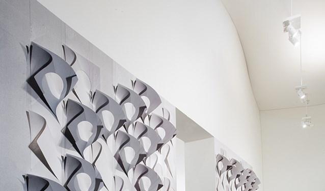 In Herford bezoekt meneen expositie met origamikunst door Martha Herford.