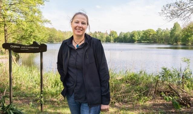 Jeannette van Schaik is ecoloog van het Waterschap Vechtstromen. Ze is specialist watersysteem en checkt derhalve de wateren in de regio regelmatig op botulisme. Foto: Paulien Wilkinson