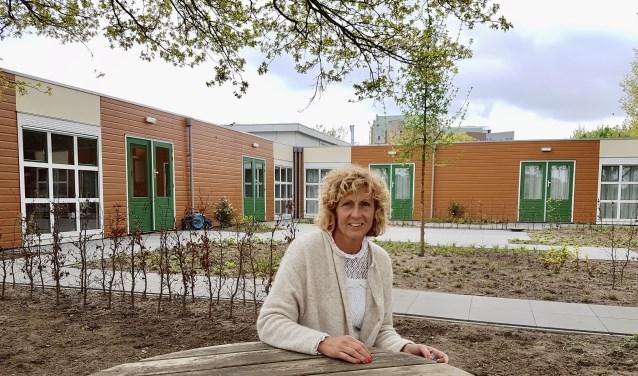 Corine de Hollander bij het nieuwe gebouw van IntermeZZo. (foto: Alie de Vries)