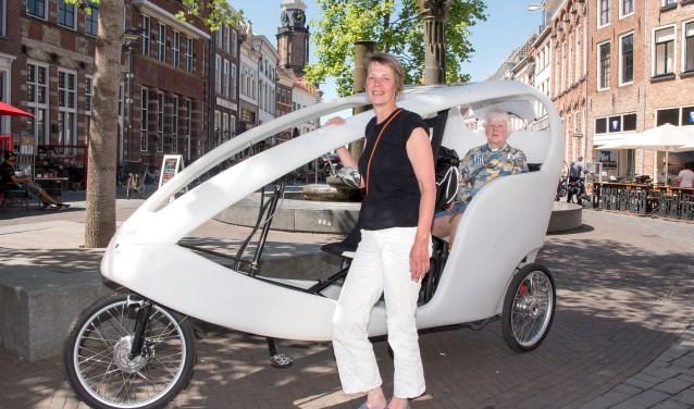 Nanneke Dorenbos bij de fietstaxi die men straks in de straten van Zutphen zal zien. (Foto: Willem Feith)