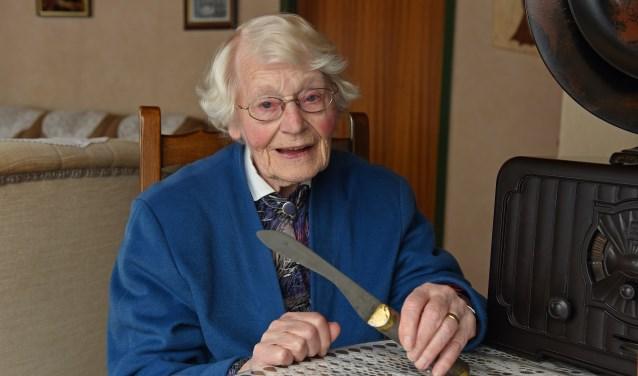 Jo Pluyms toont het oude broodmes wat in oorlogstijd nog door firma Imants werd gerepareerd (foto Jan Wijten)