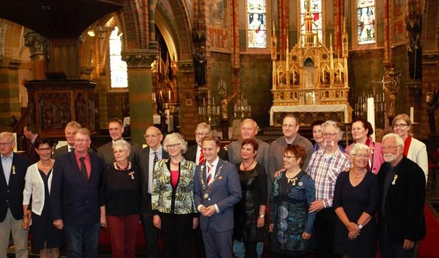 Opnieuw werden acht inwoners van Oudewater overvallen door de eer om gedecoreerd te worden. Met de gebruikelijke smoesjes werden zij nietsvermoedend naar de Sint Fransiscuskerk gelokt. (Foto: Bert van der Horst)