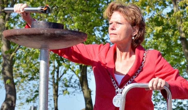 Burgemeester Petra van Hartskamp ontsteekt de Bevrijdingsvlam in Linschoten (Foto: Paul van den Dungen)
