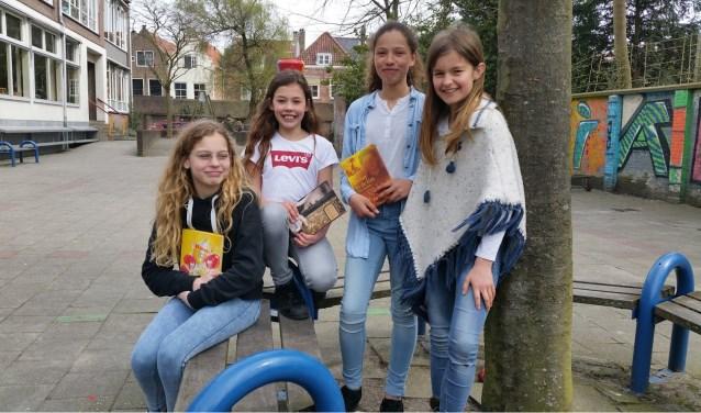 Op het schoolplein van de Acaciahof aan de Zuidsingel poseert Mare (rechts) met haar vriendinnen Nina, Lois en Noes. FOTO: THEO RIETVELD