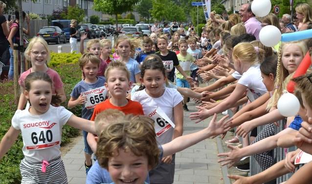 Leerlingen van IKC de Wissel  lopen de EuroRun. De opbrengst bedraagt € 785,00 en is bestemd voor het Radboud Oncologie Fonds. De run is een onderdeel van een feestelijke middag waarbij ook het heringerichte schoolplein in gebruik wordt genomen. (foto: Ab Hendriks)