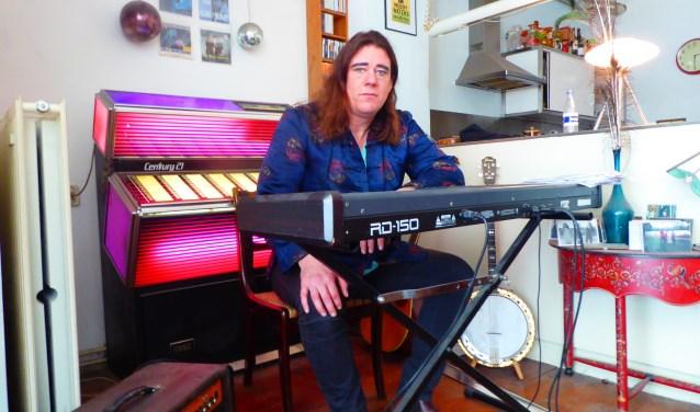 Rocco Ostermann op de plek thuis waar hij zijn muziek maakt en zijn verhalen schrijft. (foto: Marnix ten Brinke)
