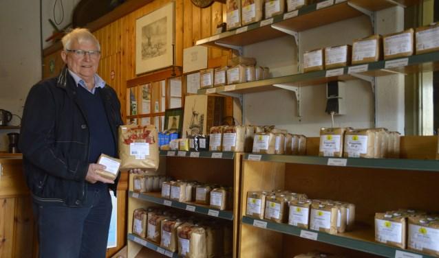 Gerard Pigge toont het nieuwe assortiment in de winkel van Molen De Hoop