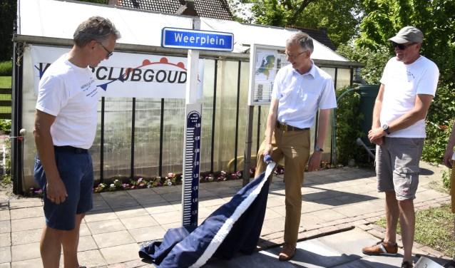 Weerclub-voorzitter Gert Olbertijn(l) en Marco Kastelein van Rijnland onthullen de N.A.P Peilschaal. Foto: Marianka Peters