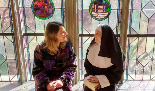 Zuster Bonaventure en Sarat Carn in het Dominicanenklooster.