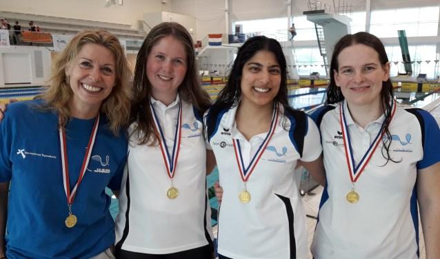 Eline Molle, Lisette van den Bos, Marijke Campfens en Nanda van Heteren behaalden goud in 11.03.66 seconden tijdens de Open Nederlandse Masters Kampioenschappen in Den Haag.