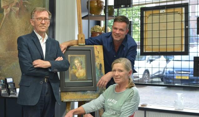 Galeriehouder Robert Daalmeijer exposeert tot 27 mei samen met zijn oom Aad Hofman en moeder Trudie Hofman in Galerie De Duig. Hun specialisme is het (magisch) realisme (Foto: Britt Planken).