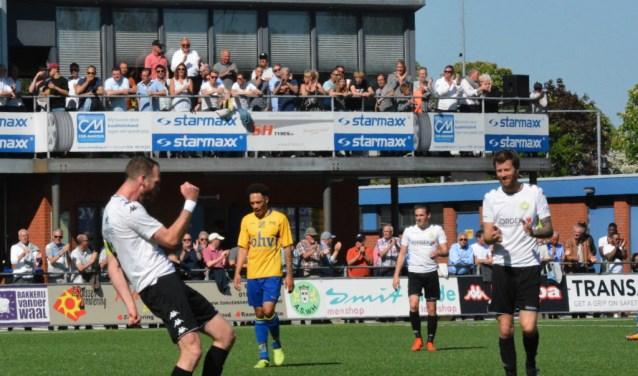 Aanvoerder Jesper van den Bosch, maker van het tweede doelpunt, viert een feestje na zijn belangrijke treffer. (FOTO:Philip Schmidt)