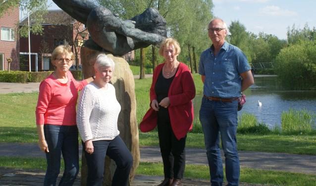De bestuursleden (vlnr): Joke van Ooijen, Anny Kuijk, Ann van de Sande en Paul Kollau, bij de splijtplaats der winden. De beeldengroep staat sinds 1999 op de Hoge Wal.