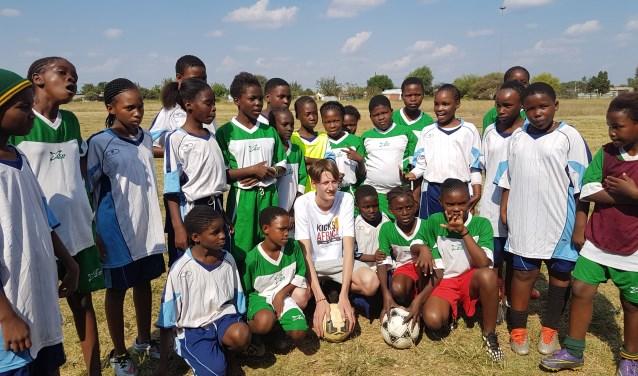 Een meisjesteam werd door Stan Benneker blij gemaakt met 'nieuwe' voetbalschoenen. In totaal deelde de stichting van Stan al 1200 paar schoenen uit in Zuid-Afrika. Alles over het project is te vinden op kicks4africa.nl.