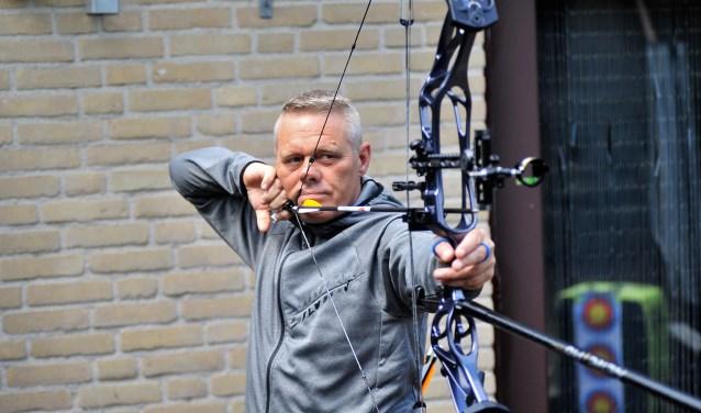 Heelsumer Jan Holleman traint fanatiek na twee ernstige ongelukken en schiet dagelijks 200 pijlen af in zijn tuin en bij ACE Xclusive in Wageningen. (foto: gertbudding.nl)