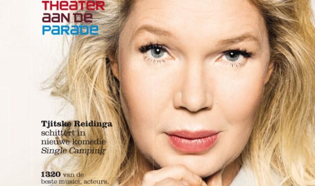 Tjitske Reidinga kijkt lezers van de nieuwe theatergids uitdagend aan, om ze uit te dagen zich te verliezen in de magie van theater.