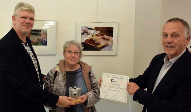 Evelien Rutgers ontvangt van Kees Stap en Sjaak Driessen de Zilveren Camera voor haar Sinterklaasfoto. (foto: Jaap Mons)