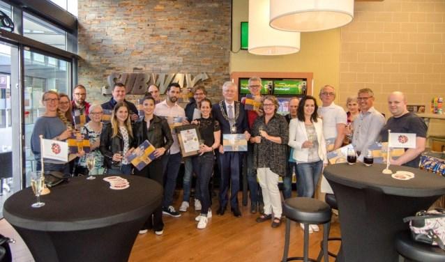 De deelnemende ondernemers namen samen met burgemeester Theo Weterings het eerste exemplaar van het bordspel in ontvangst.
