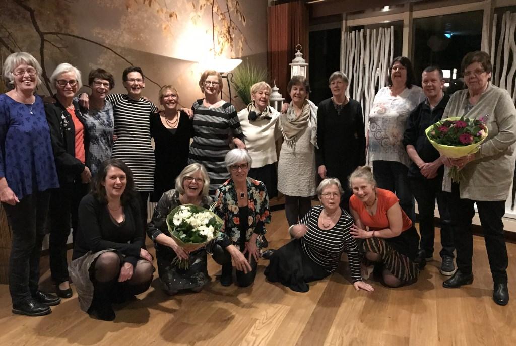 De dames van de volksdansvereniging met de op achterste rij in zwarte jurk Ans Erinkveld.